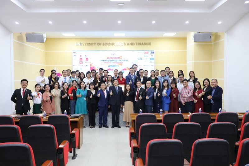 Representatives of NC9 VIETNAM COMPANY LIMITED took souvenir photos with school staff and business representatives participating in the working day at UEF.